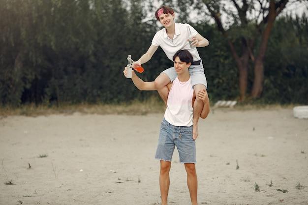 Amis s'amusant sur une plage avec des boissons