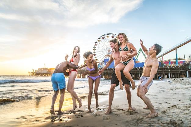 Amis s'amusant sur la plage