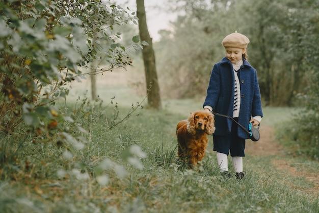 Les Amis S'amusent En Plein Air. Enfant Dans Un Manteau Bleu. Photo gratuit