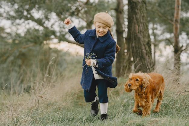 Les amis s'amusent en plein air. enfant dans un manteau bleu.