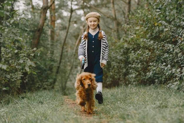 Les Amis S'amusent En Plein Air. Enfant Dans Une Robe Bleue. Photo gratuit