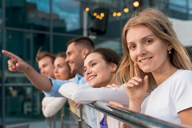 Amis s'appuyant sur une balustrade