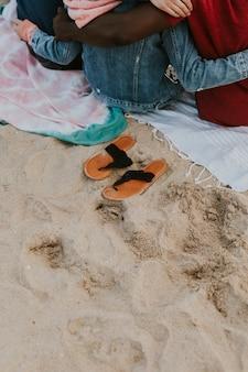 Amis s'embrassant sur la plage