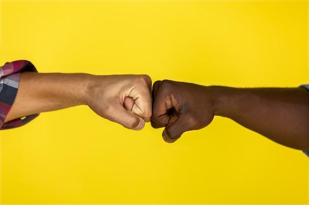 Amis saluant sur fond jaune