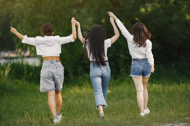 Des amis se promènent. femme dans un t-shirt blanc.