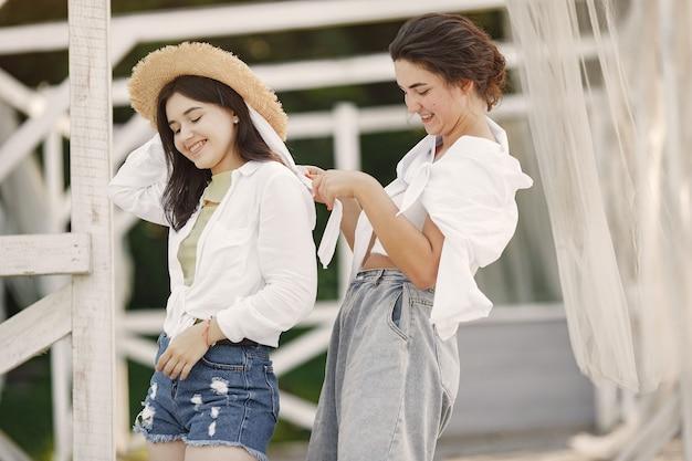 Des amis se promènent. girlin un chapeau. femme dans un t-shirt blanc.