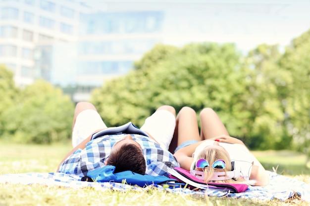 Amis se reposant dans le parc