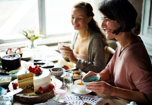 Amis se réunissant à la fête du thé manger des gâteaux plaisir de bonheur
