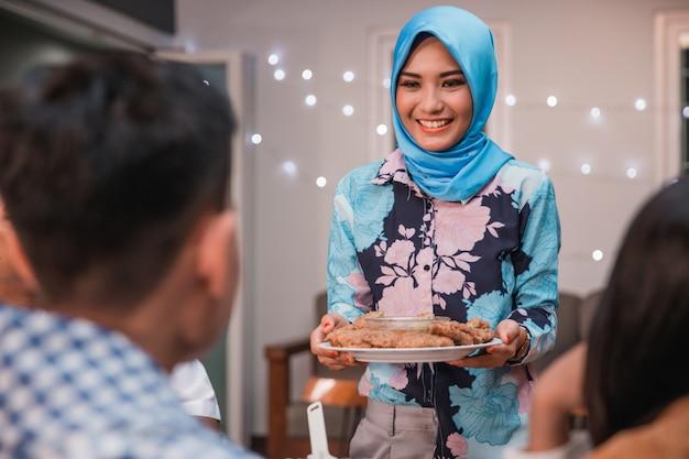 Des amis se réunissent pour profiter du repas de l'iftar