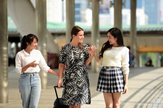 Des amis se sont réunis pour rencontrer le rendez-vous exprimé avec joie.les amis marchent autour