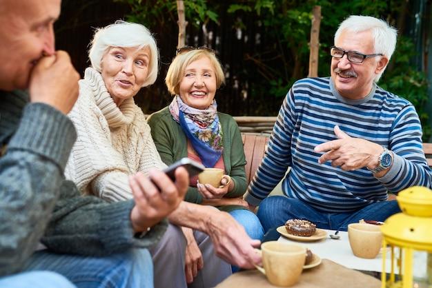 Amis seniors ensemble dans un café