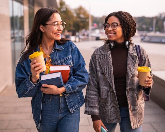 Amis smiley avec des livres et du café
