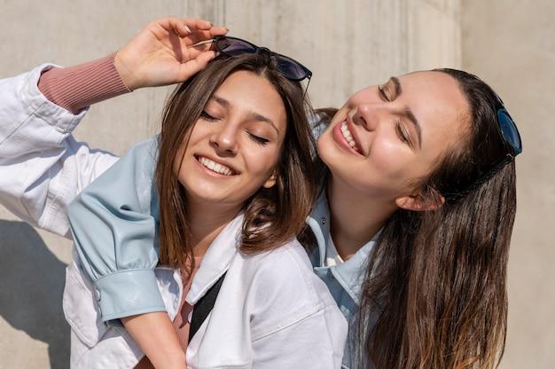 Amis smiley posant ensemble