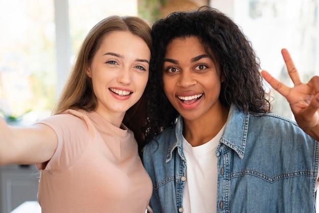 Amis smiley prenant un selfie ensemble