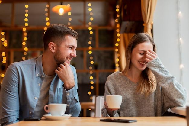 Amis smiley profitant du temps ensemble