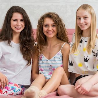 Amis en soirée pijama posant pour une photo
