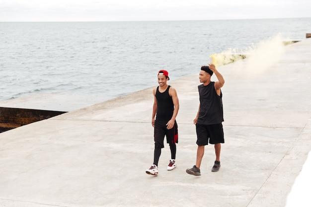 Amis de sports africains hommes courir à l'extérieur