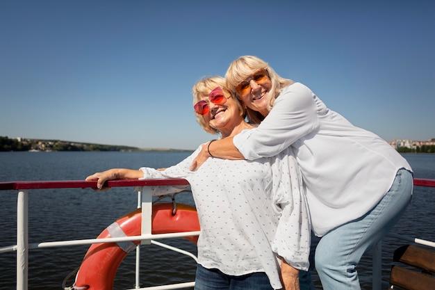 Amis supérieurs de coup moyen sur le bateau
