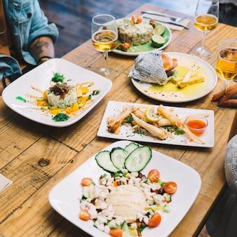 Amis à table avec de la nourriture