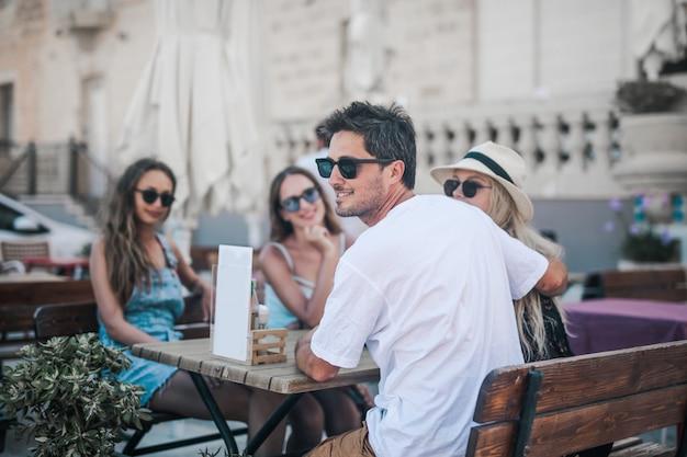 Amis sur la terrasse d'un café