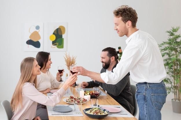 Amis de tir moyen assis à table