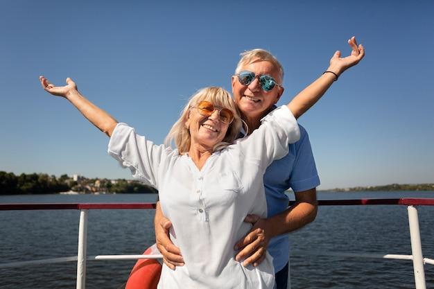 Amis de tir moyen sur le bateau