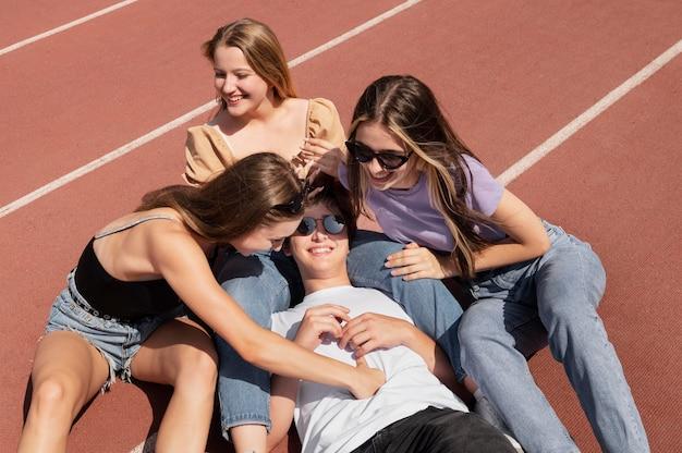 Amis de tir moyen avec des lunettes de soleil