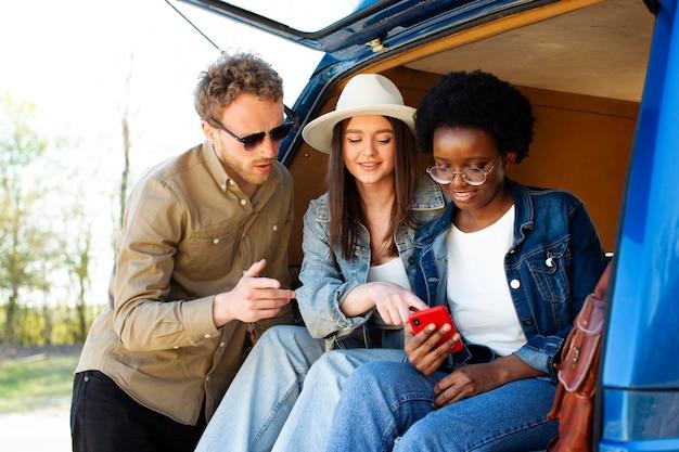 Amis de tir moyen avec smartphone