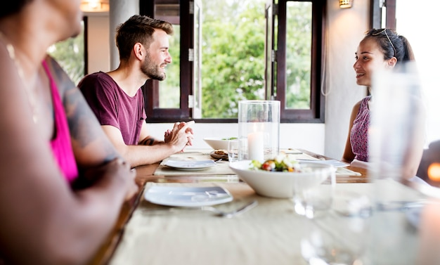Amis en train de dîner au restaurant