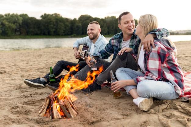 Amis traîner à un feu de camp
