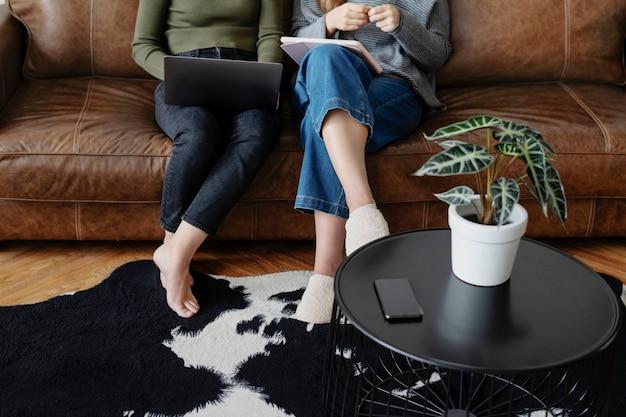 Amis travaillant à domicile ensemble
