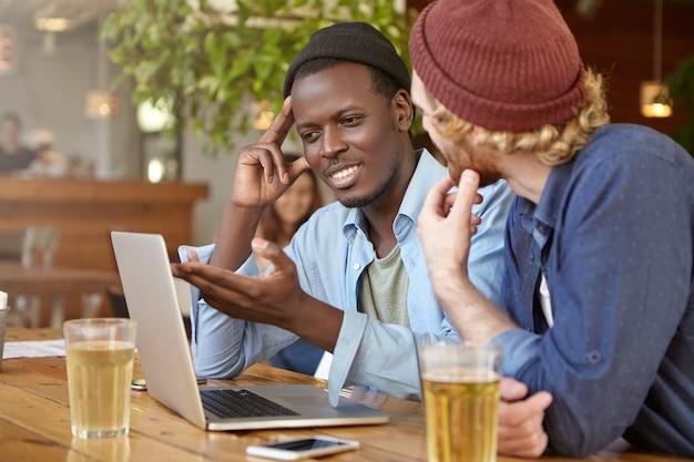 Amis travaillant ensemble dans un pub