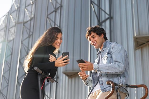 Amis Utilisant Différentes Options Pour Le Transport Individuel Photo gratuit