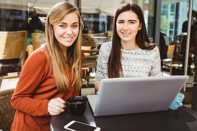 Amis utilisant un ordinateur portable ensemble