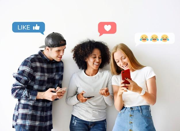 Amis utilisant des smartphones