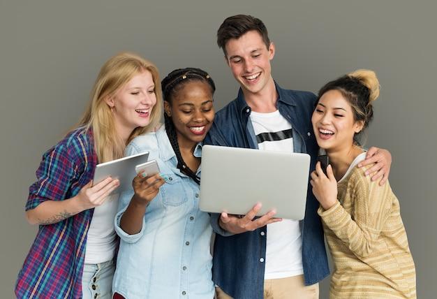 Amis utilisant un téléphone à technologie tablette