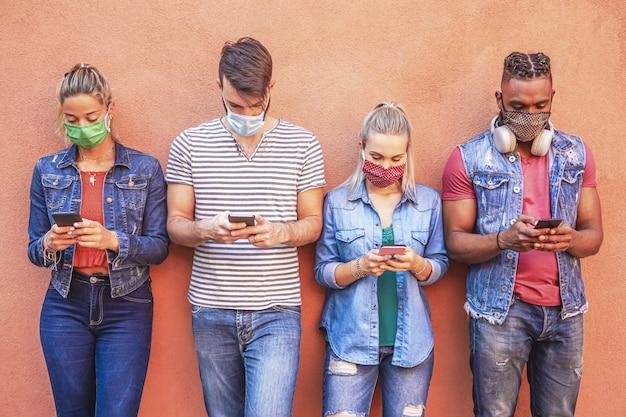 Amis utilisant des téléphones intelligents mobiles
