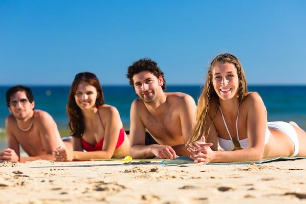 Amis en vacances à la plage en été