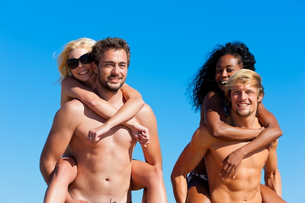 Amis en vacances à la plage