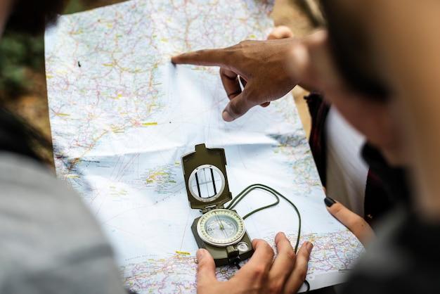 Amis vérifiant la carte pour la direction