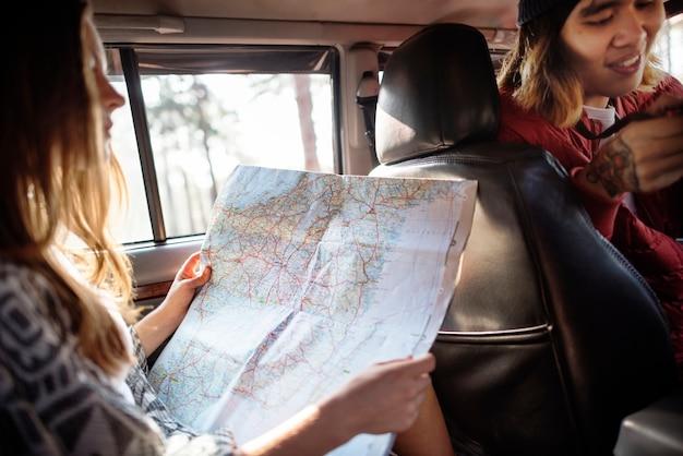 Amis vérifiant la carte pour les directions