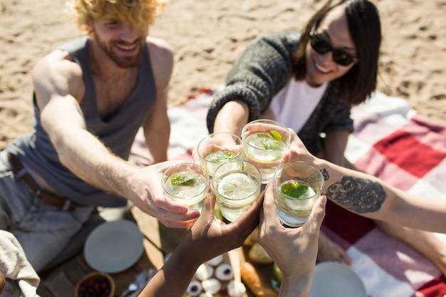 Amis avec le verre mojito