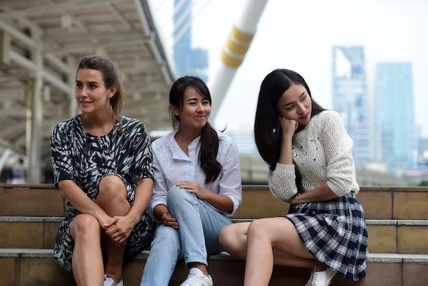 Les amis viennent à bangkok, les amis se sont réunis pour rencontrer le rendez-vous exprimé avec joie.
