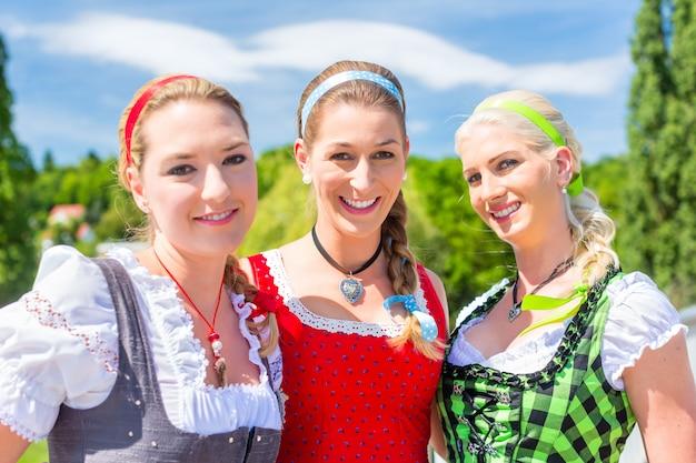 Amis visitant la foire bavaroise s'amusant