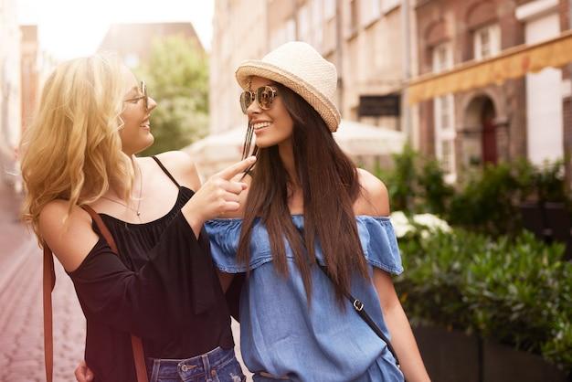 Amis visitant la ville en été