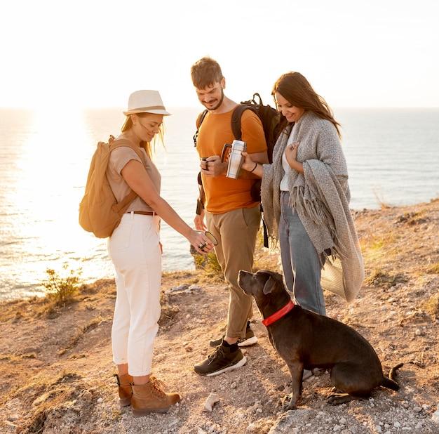 Amis voyageant avec un chien