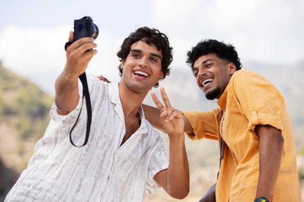 Amis voyageant et découvrant de nouveaux endroits