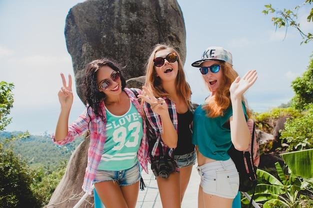 Amis voyageant ensemble en asie