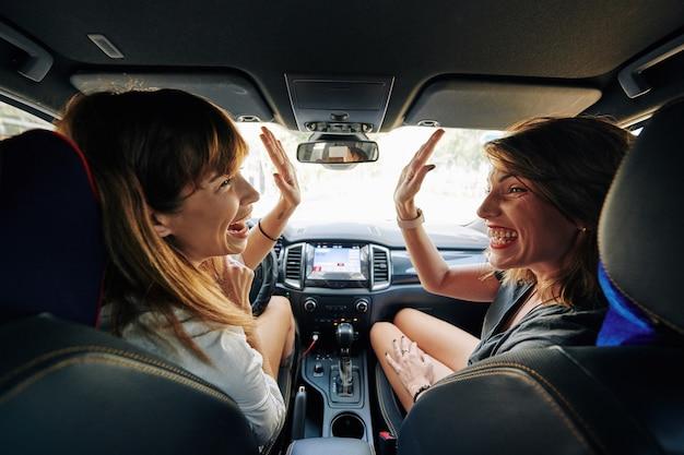 Amis voyageant en voiture