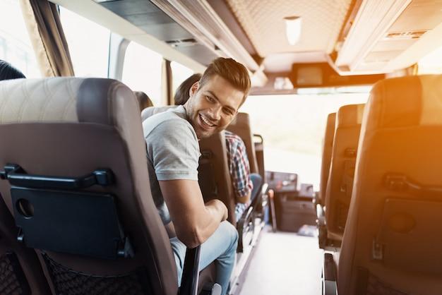 Les amis voyagent les gars rigolent amusez-vous dans trip coach.